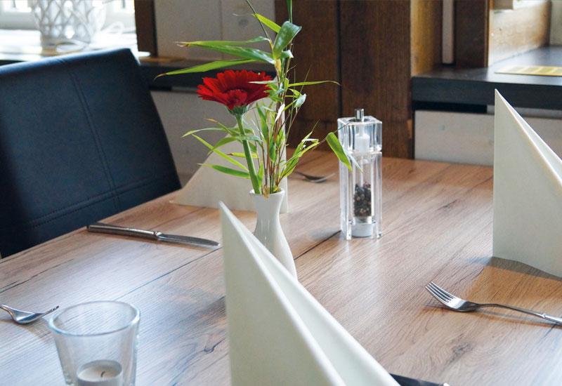 Liebevoll gedeckte Tische in der Gerüchteküche laden zum Genießen ein.