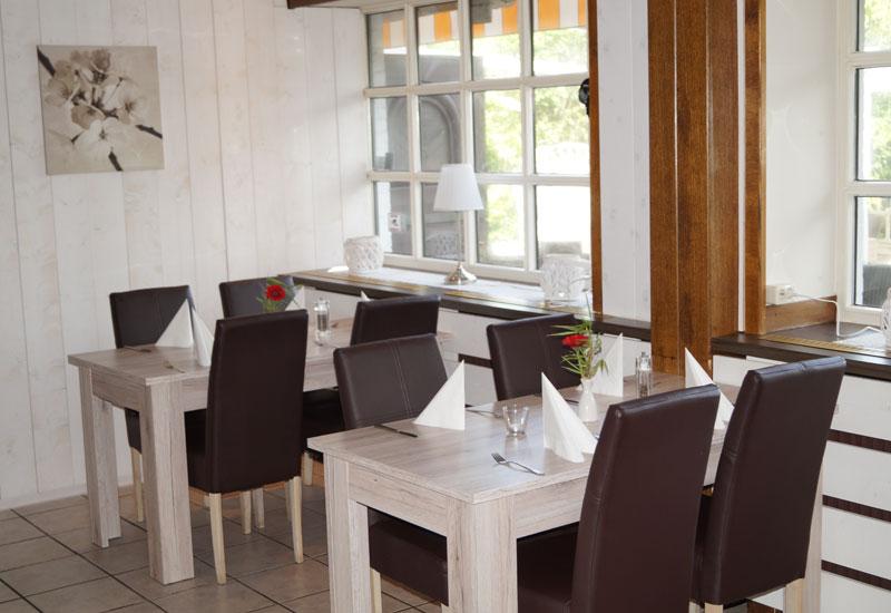 Fisch- & Steakgerichte in heller, stilvoller Atmosphäre genießen